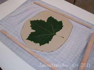 herfstblad in klei drukken en uitsnijden en laten drogen en eventueel verven