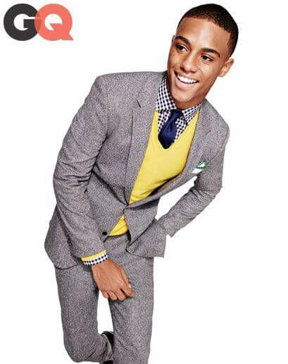 ライトグレーのツイードスーツにライトイエローのニットベスト、ブルーのタイを合わせた遊び心あふれるパーティーにも最適な着こなし。