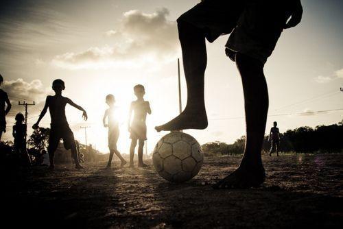 Wystarczy tylko piłka do gry, żeby zagrać w piłkę nożną • Piłka nożna jest po prostu niesamowita • Zobacz świetne zdjęcie piłkarskie >> #football #soccer #sports #pilkanozna #futbol