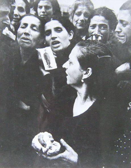Robert Capa (1913-1954) - WW II - 'Mourning Italiaanse moeders op de begrafenis van hun omgekomen zonen - Napels - Italië - 1943  Iconische persfoto van rouw Italiaanse moeders op de begrafenis van 20 partijdige schooljongens in Napels Italië gedood voor reden hebben de wapens genomen tijdens de laatste dagen van de Duitse bezetting van Napels.Afmetingen 23cm x 18cmVoorwaarde: Sommige lichte onopvallend plooien en deuken wat slijtage van het oppervlak. Verder in goede staatReferentie: Robert…