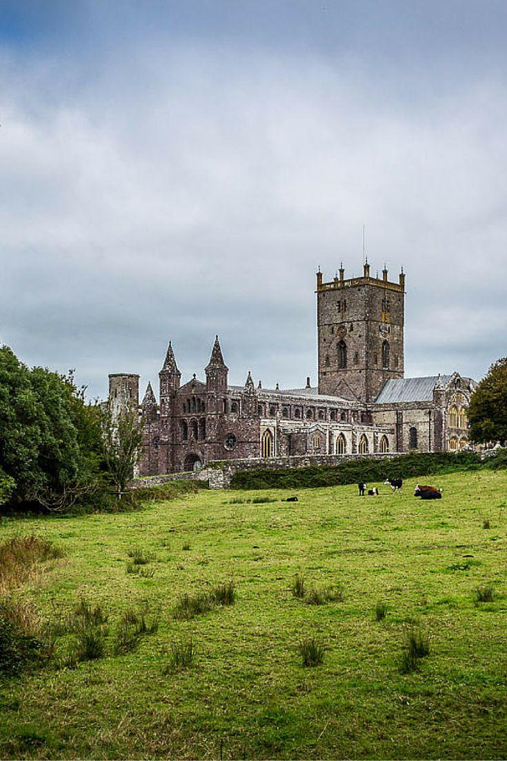 St David's dans le Pembrokeshire au Pays de Galles est la plus petite ville du Royaume-Unis. Elle est surtout connue pour sa jolie cathédrale.