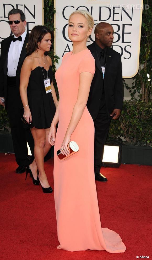 Imposante en robe Calvin Klein saumon.