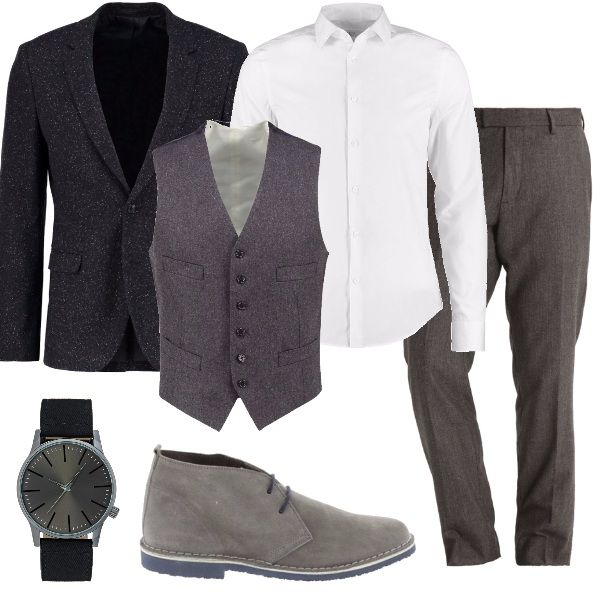 Giacca sale e pepe, camicia elegante bianca, stringate sportive grigio chiaro, gilet slim fit elegante grigio, orologio elegante con quadrante grigio scuro e cinturino in stoffa nero.