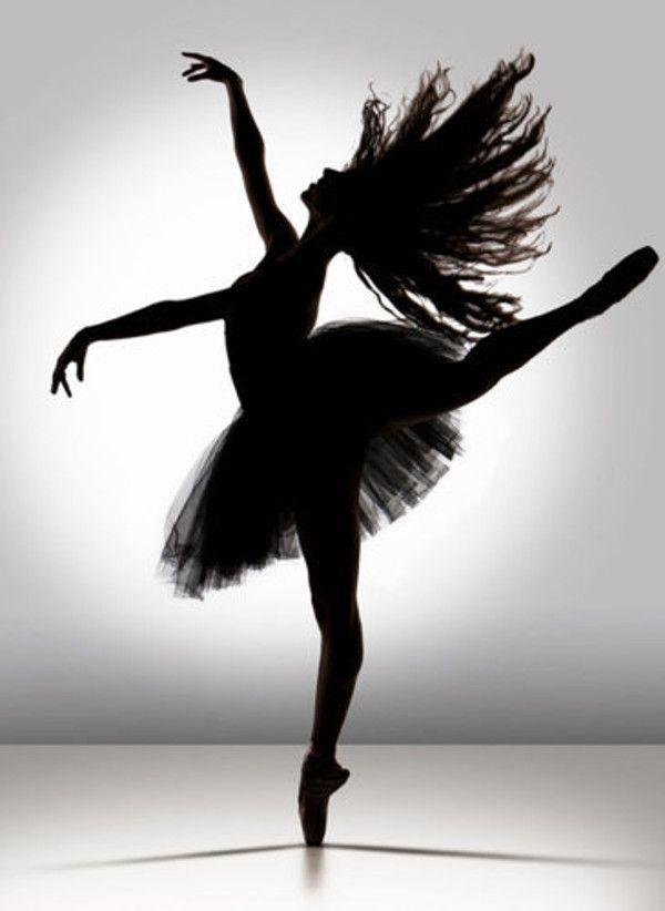 Photography of dancing girl in B&W. Me gusta porque es raro ver una bailarina clásica con el pelo suelto