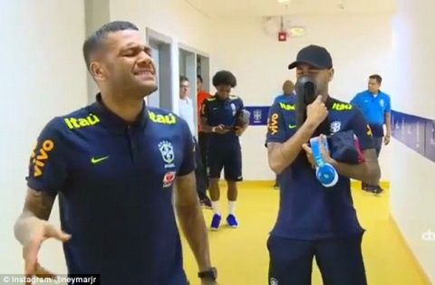 Neymar and Dani Alves treat team-mates to rendition of love song