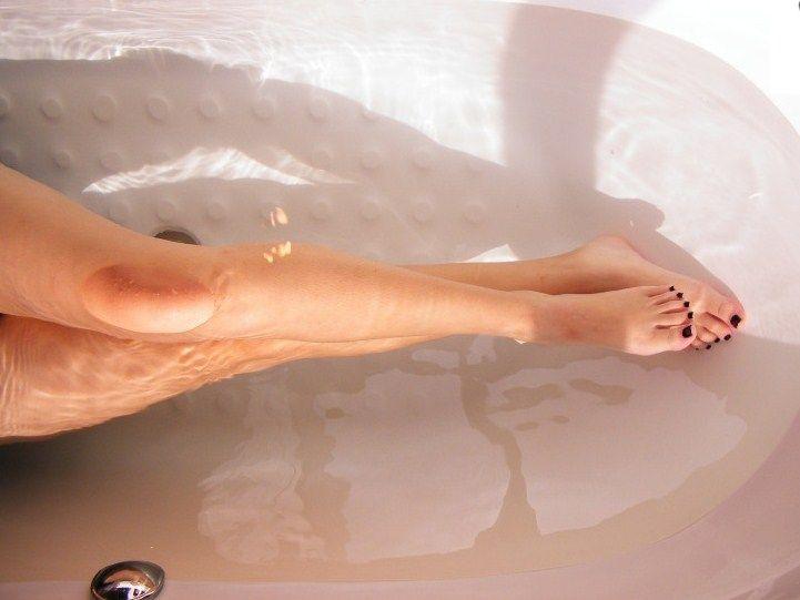 gambe esfoliare esfoliante peeling doccia peli incarniti depilazione gambe perfette bellezza come preparare un peeling per il corpo