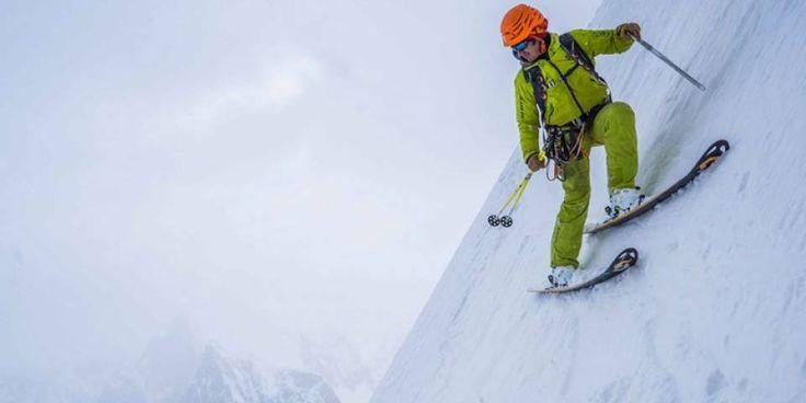 Le Linceul est une des courses mythiques des Alpes. En pleine face Nord des terribles Grandes Jorasses dans le massif du Mont-Blanc. Trois skieurs de pente raide viennent de réaliser la deuxième descente connue de cet itinéraire brutal.