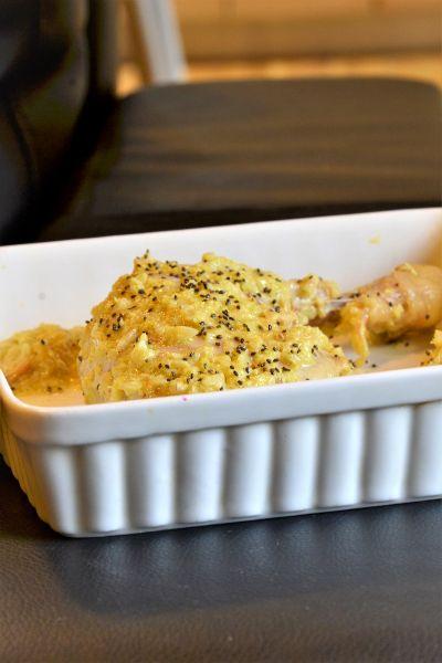 """Quarti di pollo con crema al mascarpone, verza, curry e semi di chia. Un secondo cremoso e saporito dall'aroma """"etnico"""""""