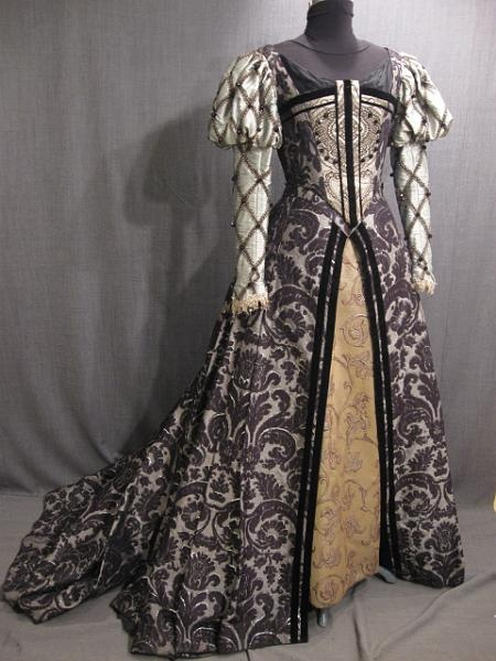 reproduction Gown Tudor black siver brocade エリザベス朝期だとすればシェイクスピアの時代のドレスにあたるので、これも19世紀Gigot sleeves gownsの原型でしょうか…。