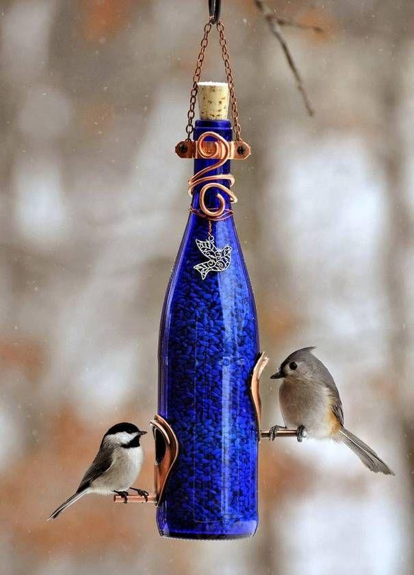 O que você faz com as garrafas de vidro que ficam vazias? Vão para o lixo, não? Pois com algumas ideias e criatividade, é possível reaproveitá-las!