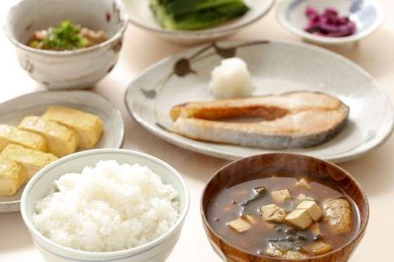 """Japão - A refeição matinal no Japão pode até parecer estranha para os brasileiros, mas é considerada uma das mais saudáveis do mundo e o segredo da longevidade dos japoneses. É composta basicamente de chá verde, """"missoshiru"""" (sopa de pasta de soja), peixe, arroz branco bem quentinho, tofu e legumes em conserva."""
