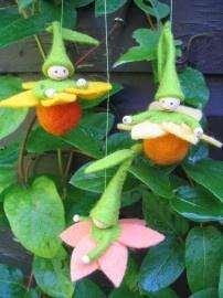 Dag 25 Viltpakketje Narcisbolletjes Narcisjes in drie verschillende kleuren. Hang ze samen met de bollebloesempjes aan de paastak en je haalt de lente in huis! Ze zijn ongeveer 5cm hoog. Gemaakt op een wollen bolletje met beschilderde hoofdjes. Eenmaal bezig wil je er veel meer maken en dat kan natuurlijk in alle kleuren. http://www.bijviltenzo.nl/a-26630718/floortjedoortje/pakket-fd-narcisbolletjes-van-floortjedoortje/