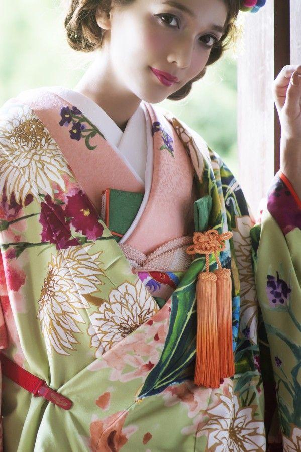 打掛『若菜色大華友禅』、掛下『コーラルピンク鳳凰』ドレスからの流れを華やかに取り入れた色打掛の新提案。