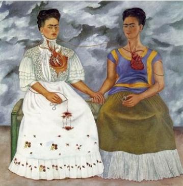 """""""어둠속에서 외치다""""  프리다 칼로, <두 명의 프리다>    프리다 칼로는 멕시코의 유명 여성 화가로, 역시 유명한 화가였던 리베라의 아내였지만, 리베라의 여성편력과 병으로 인해 고통스런 나날들을 보내야만 했다.  이 그림에서는 리베라의 외도에 대한 마음이 찢어지는 고통을 표현하고 있는 듯하다. 두 여성 모두 칼로의 얼굴을 하고 있는데, 오른쪽은 리베라에게 사랑받던 시절의 모습이고, 왼쪽 여성은 리베라의 배신 때문에 힘들어하는 칼로의 모습이다. 오른쪽 여성은 미소를 띠고 안정된 모습을 하고 이쓴 반면, 왼쪽 여성의 손에는 피가 뚝뚝 흐르는 가위를 들고 있어, 그녀가 심장을 도려냈음을 보여 준다. 두 여성의 뒤에 그려진 먹구름처럼 보이는 배경은 그녀의 절망스러운 심리를 드러내 준다."""