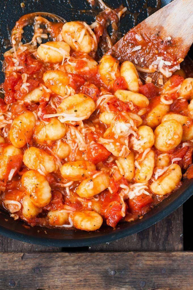 Gnocchi mit Tomatensauce und Mozzarella. Dieses 15-Minuten Rezept ist einfach und UNGLAUBLICH gut - http://Kochkarussell.com