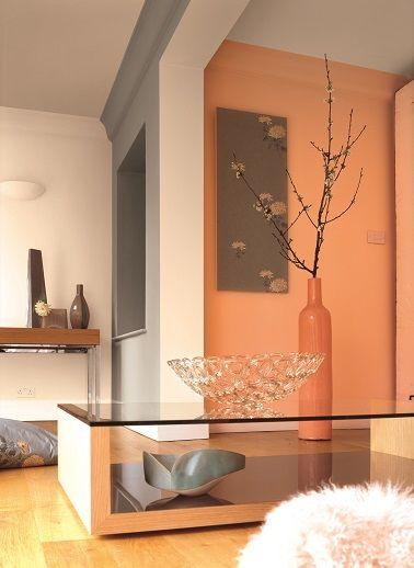 Un salon moderne et lumineux peint dans une belle harmonie lin, gris et orange.