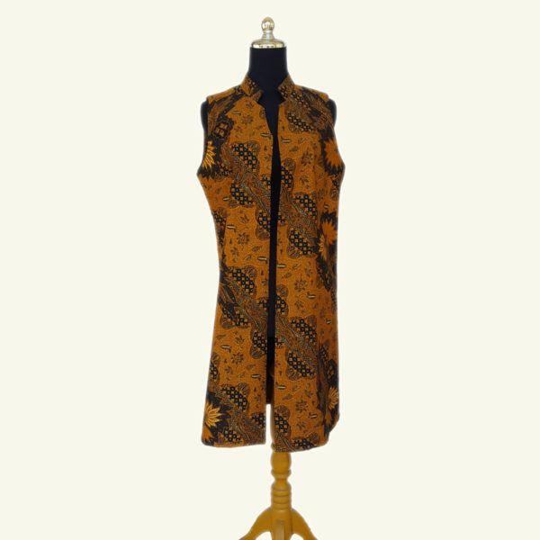 Modern batik long vest, warna batik solo yang elegan ini cocok dipadu padankan dengan warna natural dan kalem. Full lapisan tricot. Modern dan stylish.  LD : 96cm  Size : All Size  HP/WA: +62-858-5596-1498 Pin BB: 73F2A744 Line : batikdomka Instagram : batikdomka