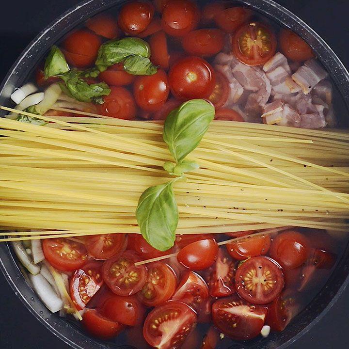 «One pot pasta» er retten som gir deg en nydelig middag - med minimal innsats og oppvask. Her er den superenkle oppskriften på pasta med hjemmelaget tomatsaus.