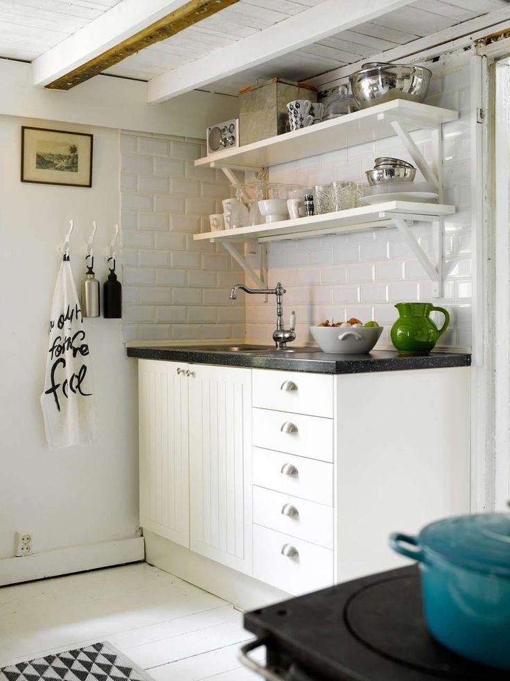LANDLIG IDYLL: Det landlige kjøkkenet fra Ikea med åpne hyller passer perfekt på det fredelige, svenske torpet. Også her kan kopper og kar byttes ut for å endre uttrykket på kjøkkenet.