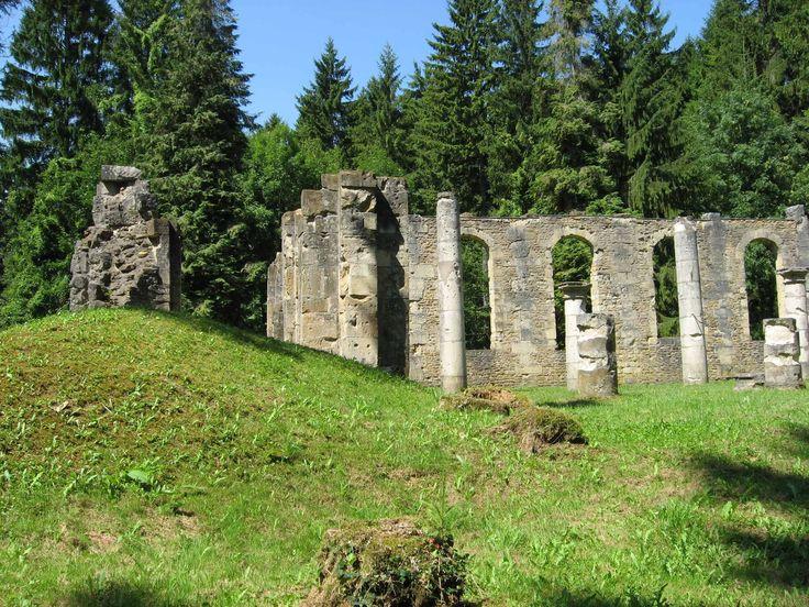 Neuf villages, furent totalement rayés de la carte lors de la #Bataille de #Verdun : Beaumont-en-Verdunois, Bezonvaux, Cumières-le-Mort-Homme, Douaumont, Fleury-devant-Douaumont, Haumont-près-Samogneux, Louvemont-Côte-du-Poivre, Ornes, Vaux-devant-Damloup. Ils n'ont jamais été reconstruits. Ces villages fantômes, Morts pour la France, présentent une mémoire émouvante à travers les chapelles et les monuments commémoratifs érigés après guerre. Accès libre. Crédit photo : OT PAYS VERDUNOIS