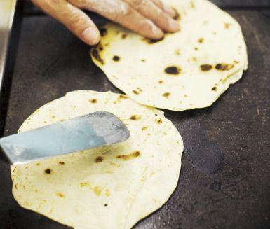 Chapati är traditionella indiska bröd som steks i olja och serveras till maten. Vetemjöl, salt, olja och vatten är allt du behöver för att göra egna chapatibröd.