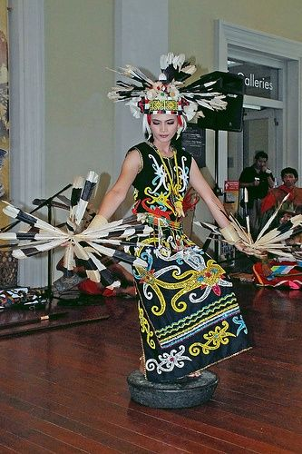 Tari gong menggambarkan kelembutan seorang gadis yang terlihat dari gerakan tubuh dan tangan penari yang relatif lambat dan gemulai