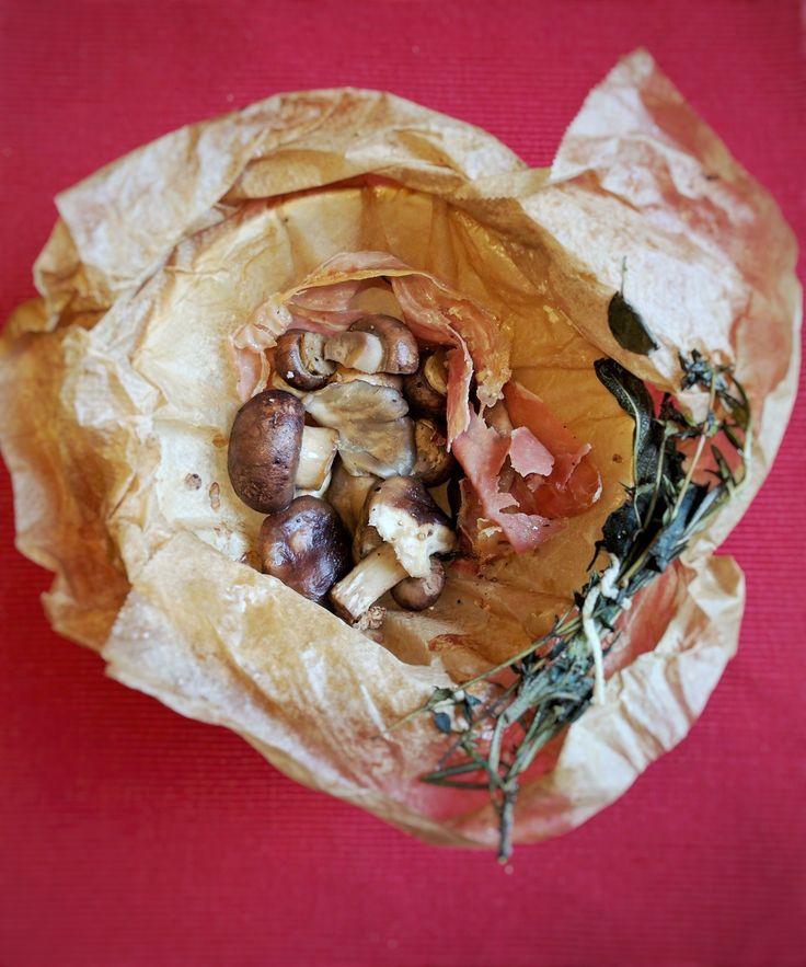 GEBAKKEN PADDESTOELEN MET VERSE ITALIAANSE KRUIDEN  Een ontzettend lekker en verrassend eenvoudig recept. De geur uit de oven zal je aangenaam verrassen en zeker wanneer je de zelfgemaakte ovenbuideltjes opent. Een verrassend voorgerecht of bijgerecht tijdens een gezellig diner of eenvoudig voor een zaterdagmiddag-lunch met zelfgebakken stokbrood.