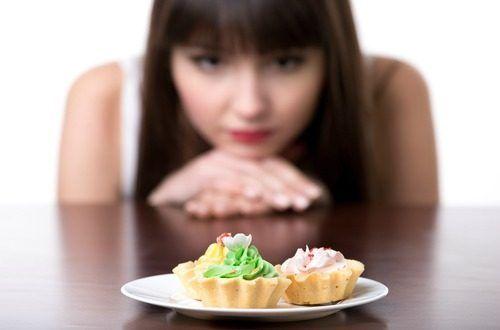 砂糖を摂ると脳内に幸福のホルモンと呼ばれるドーパミンやセロトニンが分泌され、砂糖をもっと食べたいと思う依存症に似た欲求が生まれます。これが甘いものを辞められない理由ですが、ちょっとした心がけで砂糖を減らし体をデトックスさせる方法をご紹介します。