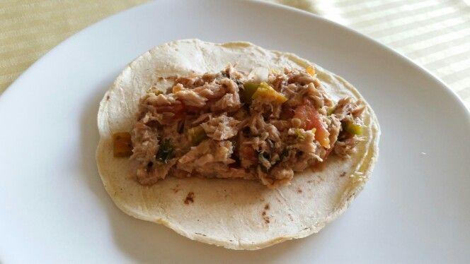 Taquitos de atún guisado / Cooked Tuna fish tacos. Calentar aceite en un satén y freír 1/4 de cebolla picada. Escurrir 4 latas de atún y poner a guisar en la cebolla con el jugo de 4 limones. Sal pimentar. Picar un racimo de cilantro, 3 tomates en cubitos y chile jalapeños al gusto. Agregar al atún y seguir cocinando hasta que se incorporen los ingredientes. Servir en tortillas de maiz.