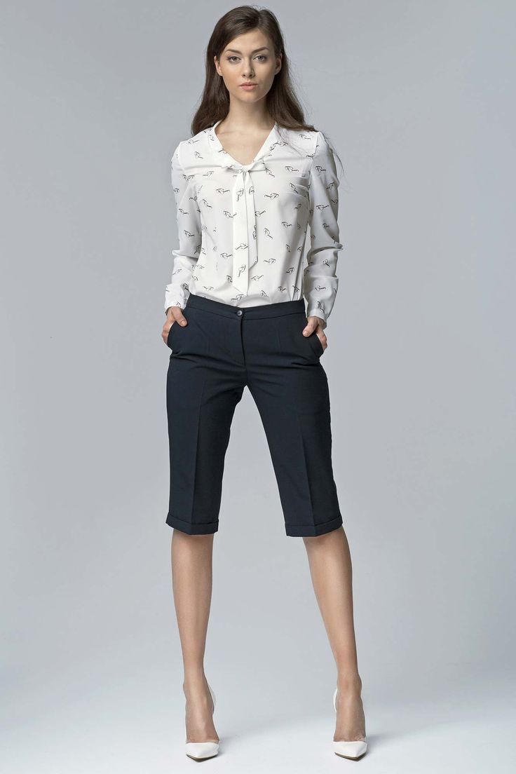 Envie d'un look bureau à la fois élégant, chic et féminin mais qui puisse révéler votre style et votre singularité lors d'un pique-nique pro ? Ce joli bermuda bleu marine devrait vous aider à réaliser la tenue que vous souhaitez.