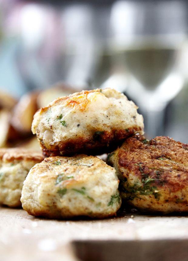 En klassiker til både frokost og aften er friske fiskefrikadeller, der på en og samme tid er både sprøde og bløde. Få opskriften på de bedste af slagsen her!
