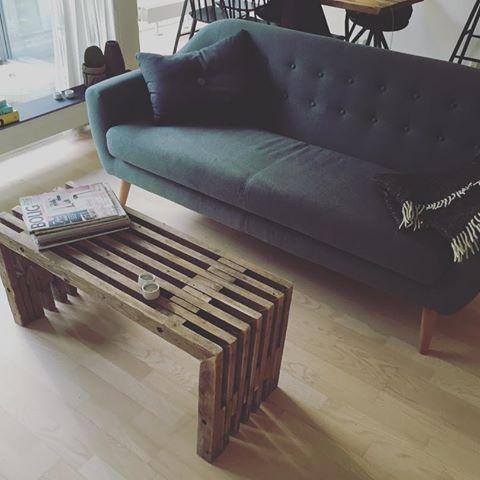 Fin lille bænk, som er brugt som et sofabord#trallebænk #bænk #genbrug #bæredygtig #bæredygtighed #bolig #boligindretning #boliginspiration #rustik #rustikt #rustikadesign #interior #interiordesign #boliginspiration #trællebænk #trallemøbel #furnituredesign #boliosdk #træ_værk #trae_vaerk #danskdesign #entre #nordiskdesign #nordiskehjem #rustic #træmøbler #rustic #rustichomes