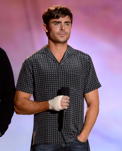 Zac Efron presenting at the MTV Movie Awards 2013