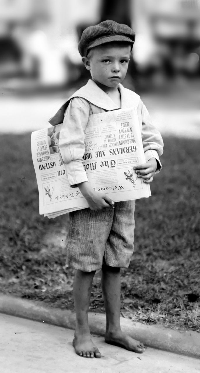 "7 year old Ferris. Young newsboy who did not have enough education to make change for investigator. Mobile, Alabama, 1914 TEMA ""Trabajo de los niños en América 1908-1912"""