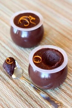 Шоколадно-банановый крем 2 банана, 100 гр горького шоколада, 50 мл апельсинового сока или микс лимонного и апельсинового соков, 3 ст.л. сахара