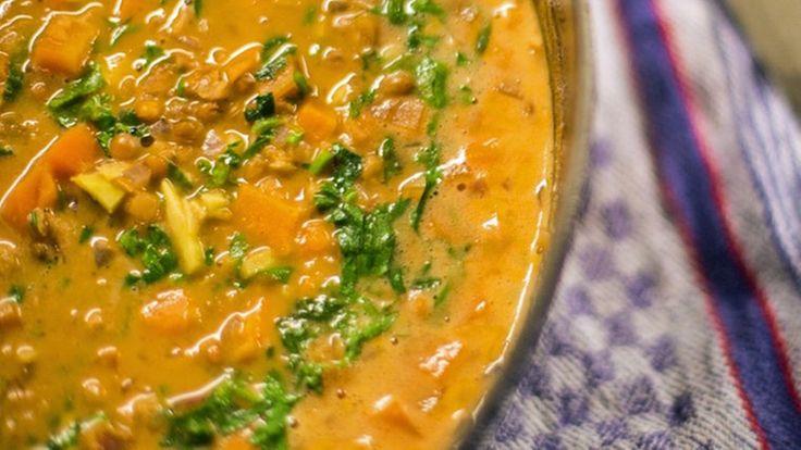 Linsen-Currysuppe in einer Schüssel. © NDR Fotograf: Tarik Rose