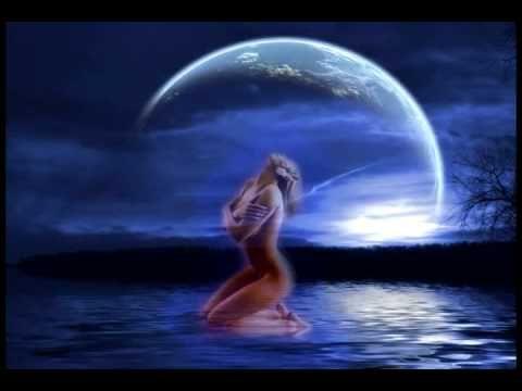 La luna se estaba peinando  En los espejos del rio  Y un toro la esta mirando  Entre la jara escondio    Cuando llega la alegre mañana  Y la luna se escapa del rio  El torito se mete en el agua   Envistiendola al ver que se ha io    Y ese toro enamorao de la luna  Que abandona por la noche la mana  Y es pintao de amapola y aceituna   Y le puso c...