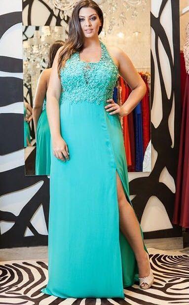 de34ad80b Lindo vestido de festa plus size com fenda lateral. Ideal para madrinhas e  formandas que querem ousar.