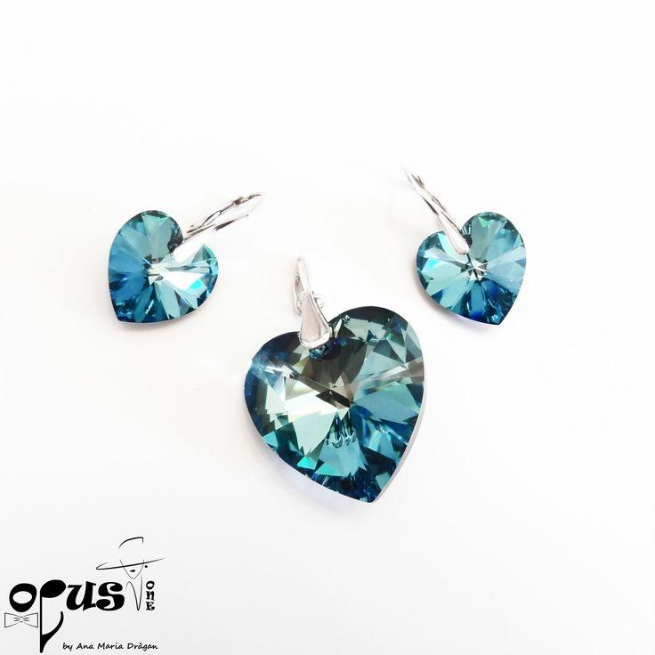 Set Cercei si Pandantiv realizat din Cristale Swarovski Bermuda Blue in forma de inima. Cerceii au inchizatori din Argint. Inima Swarovski a cerceilor este de 18 mm si inima swarovski a pandantivului este 28 mm. Suportul Pandativului este din argint.