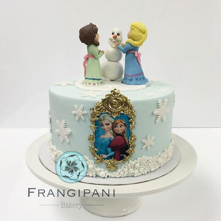 Frozen cake Anna & Elsa ❄️☃ Http://www.frangipaniboutique.fi   #söpö #cake #frozen #elsa #anna #frangipanibakery #sokerimassa #elokuva #birthday #syntymäpäivä #snow #helsinki #kakku