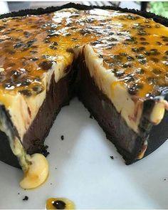 48K+Salvar Ingredientes: Torta de chocolate: 6 colheres de sopa de manteiga ou margarina (150g) 1 xícara de açúcar 3/4 de xícara de chocolate em pó 2 ovos 1/2 xícara de farinha de trigo sem fermento Mousse de maracujá: 1 lata de leite condensado...
