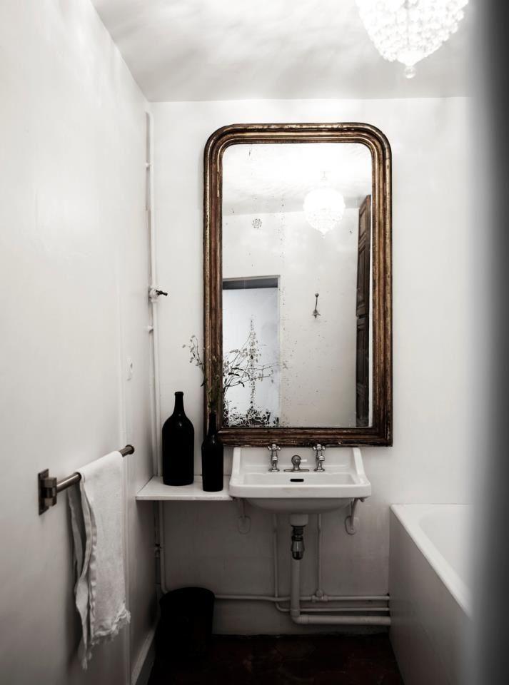 Une salle de bain basic est tout de suite mieux avec une grand miroir et une tablette pour cosmetique