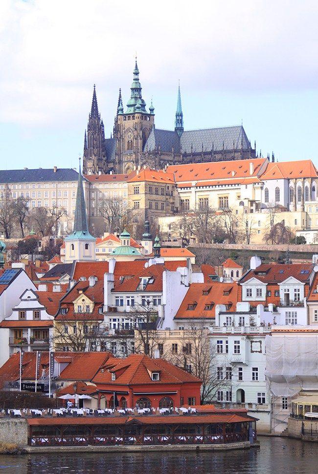 Fin février, je suis partie avec mon amoureux découvrir la jolie ville de Prague. Bizarrement plus la date du voyage approchait et plus je me demandais que