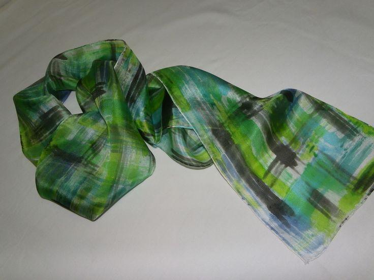 Linda echarpe de seda pongé 5, pintada à mão, em tons de verde, azul e preto, compondo um arrojado xadrez. <br> Ideal para compor um visual contemporâneo. Pode ser usada de várias formas.
