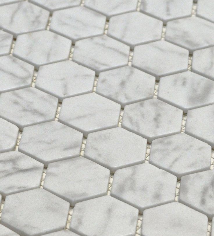 Cette mosaïque de petits hexagones effet marbre carrara combine l'essence du classique et du contemporain en une collection. Son fini mat texturé très actuel donne un look raffiné aux dosserets de cuisine et aux applications dans la salle de bain.