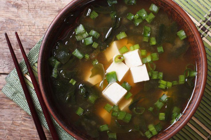 W kuchni japońskiej dashi だしznaczy po prostu wywar. Jest bazą dla zup i przyprawą dla wielu innych japońskich dań, znajduje się dosłownie w każdej kuchni japońskiej, jak u nas sól (nawiasem mówiąc tej się do dashi nie dodaje, bo i…