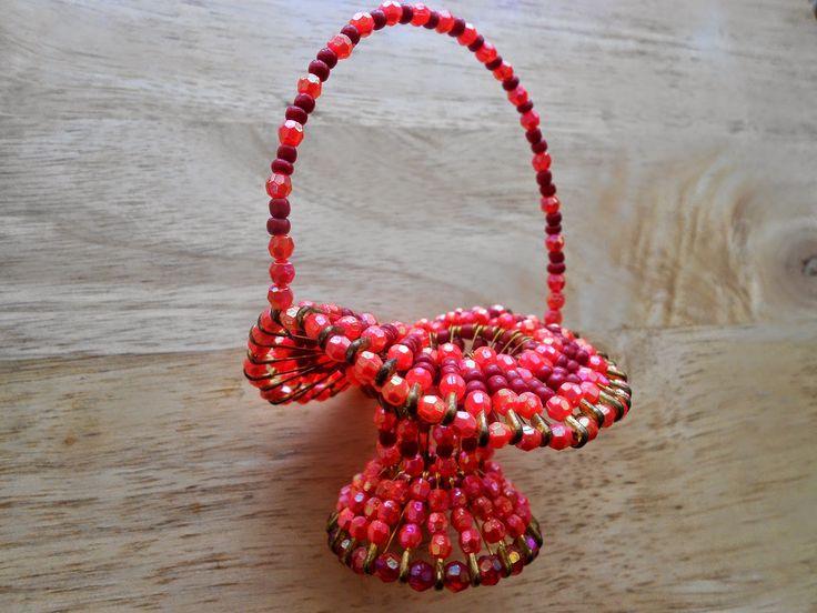 Izabela craftwork .... red beaded basket: http://izabelacraftwork.blogspot.ro/2014/07/beaded-basket.html