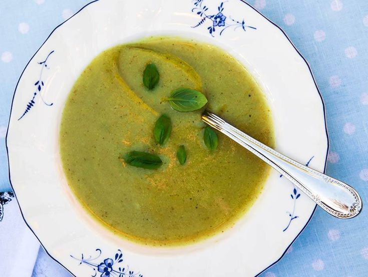Smal soppa som mättar trots lågt kaloriinnehåll. Den som inte följer 5:2 kan även äta en smörgås till soppan.