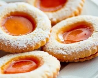 Biscuits sablés allégés à la confiture d'abricots : http://www.fourchette-et-bikini.fr/recettes/recettes-minceur/biscuits-sables-alleges-la-confiture-dabricots.html