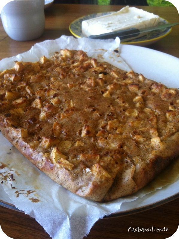 I går skulle jeg have gæster, og ingredienserne i mit køkken var få. Og så var det jo passende, at der lige var en lækker opskrift på nem æblekage i min Fristende Lavkarbo bagebog. Kagen var pivnem...
